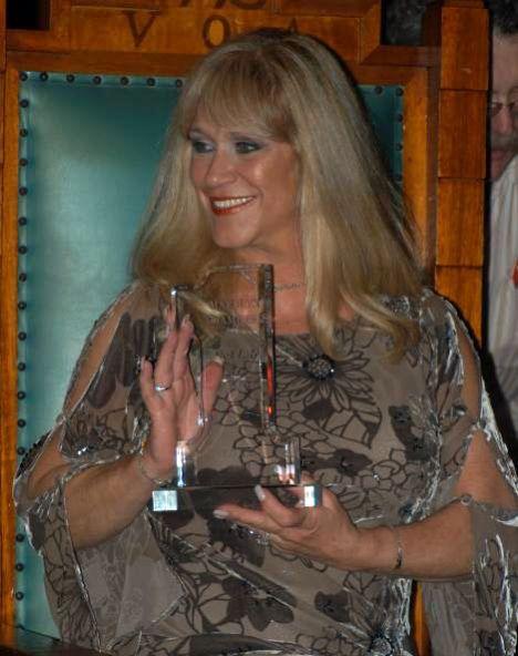 Marilyn Chambers 1970'li yılların en ünlü porno yıldızlarından biri olarak tanınan Chambers aslında kariyerine oyuncu olmak isteyen her güzel kadın gibi modellik yaparak ve bazı filmlerde küçük roller alarak başladı. Ama bir hayal kırıklığı diğerini izledi ve kendini birden bire porno endüstrisinin en ünlü yıldızlarından biri olarak buldu. Bir bar sahibi olan aynı zamanda Linda Lovelace'ı da porno sektörüyle tanıştıran Chuck Traynor ile evlendi. Chambers, 1977'de David Cronenberg'in yönettiği Rabid adlı filmde oynadı. İstediği çıkışı bir türlü gerçekleştiremedi Chambers. Şu sıralar bazı TV dizilerinde rol alıyor.